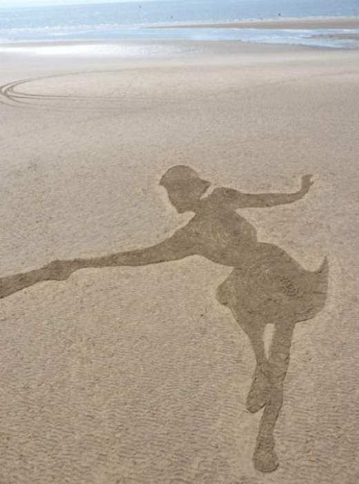 beach_sand_artist_creates_massive_drawings_640_03.jpg