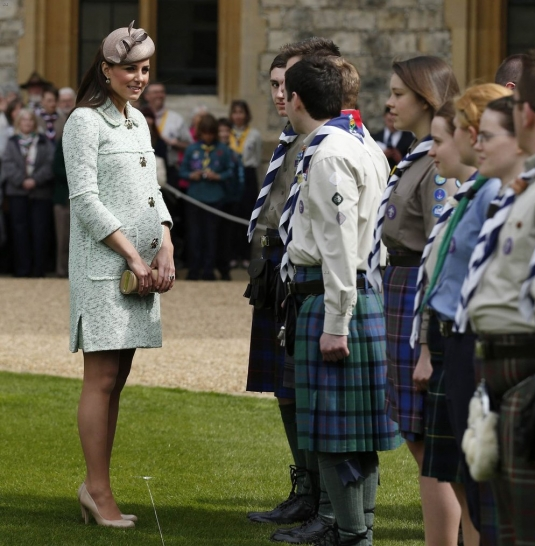 pregnant-kate-middleton-baby-bump-at-queen-scouts-review-02_starbeat.ru_.jpg