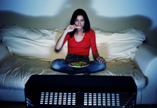 www.womenpla.net-eating-in-front-of-tv.jpg