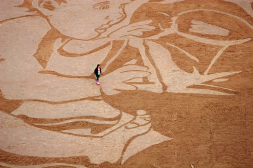 beach_sand_artist_creates_massive_drawings_640_02.jpg