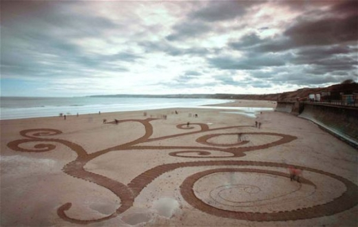 beach_sand_artist_creates_massive_drawings_640_11.jpg