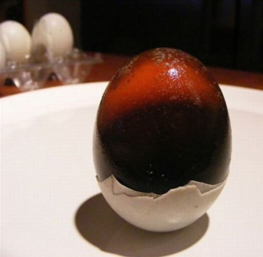 chinese_delicacy_discolored_century_eggs_640_04.jpg