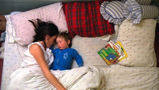 cute_baby_boy_sleeps_restlessly_with_parents_640_01.jpg