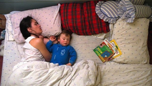 cute_baby_boy_sleeps_restlessly_with_parents_640_02.jpg
