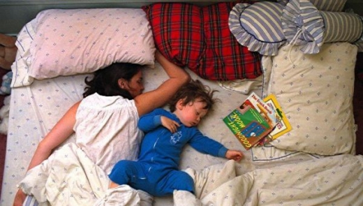 cute_baby_boy_sleeps_restlessly_with_parents_640_05.jpg