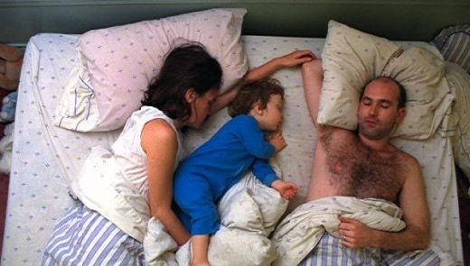 cute_baby_boy_sleeps_restlessly_with_parents_640_07.jpg