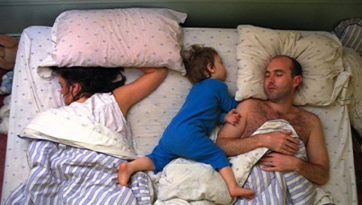 cute_baby_boy_sleeps_restlessly_with_parents_640_08.jpg