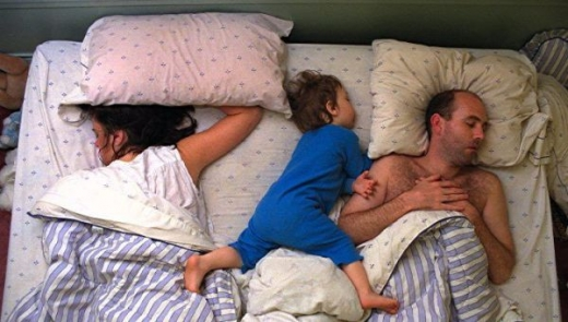 cute_baby_boy_sleeps_restlessly_with_parents_640_09.jpg