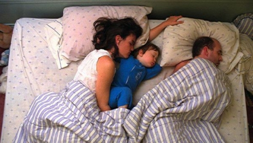 cute_baby_boy_sleeps_restlessly_with_parents_640_10.jpg