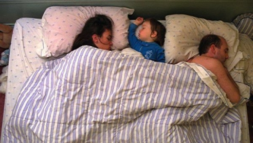 cute_baby_boy_sleeps_restlessly_with_parents_640_11.jpg