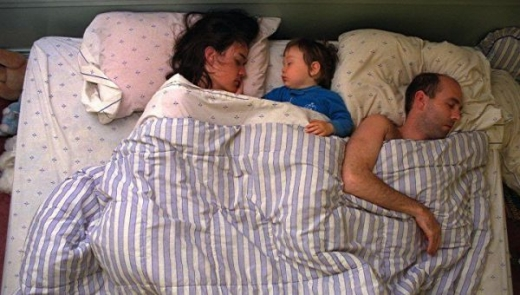 cute_baby_boy_sleeps_restlessly_with_parents_640_14.jpg