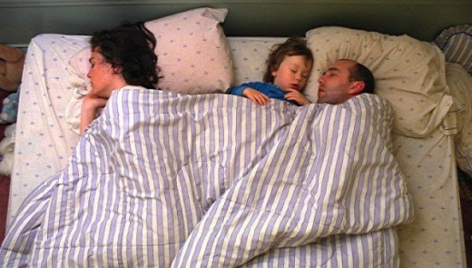 cute_baby_boy_sleeps_restlessly_with_parents_640_15.jpg