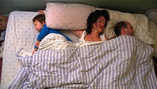 cute_baby_boy_sleeps_restlessly_with_parents_640_17.jpg