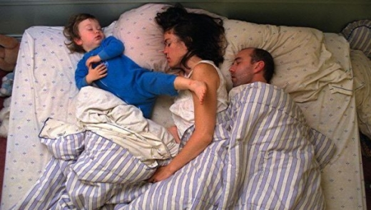 cute_baby_boy_sleeps_restlessly_with_parents_640_18.jpg