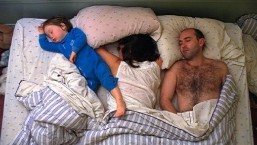 cute_baby_boy_sleeps_restlessly_with_parents_640_19.jpg