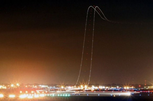 long_exposures_of_aircraft_landings_and_takeoffs_640_05.jpg