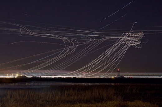 long_exposures_of_aircraft_landings_and_takeoffs_640_06.jpg
