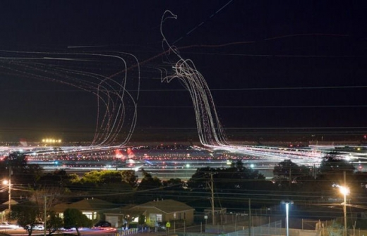 long_exposures_of_aircraft_landings_and_takeoffs_640_07.jpg