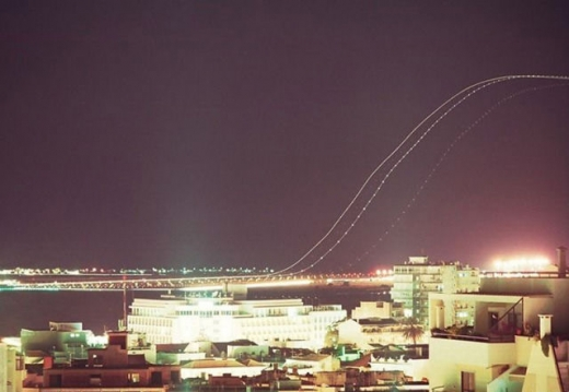 long_exposures_of_aircraft_landings_and_takeoffs_640_08.jpg