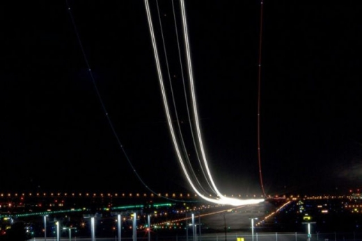 long_exposures_of_aircraft_landings_and_takeoffs_640_14.jpg