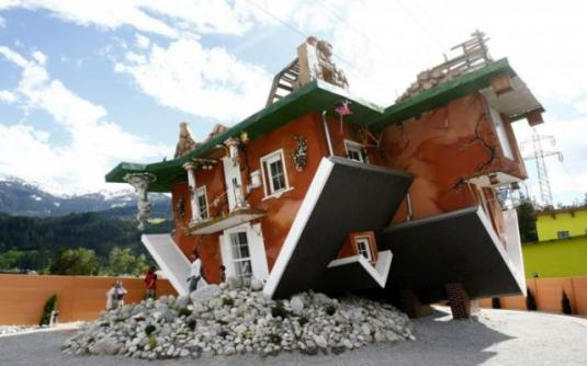 upside_down_house_attracts_tourists_in_austria_640_04.jpg