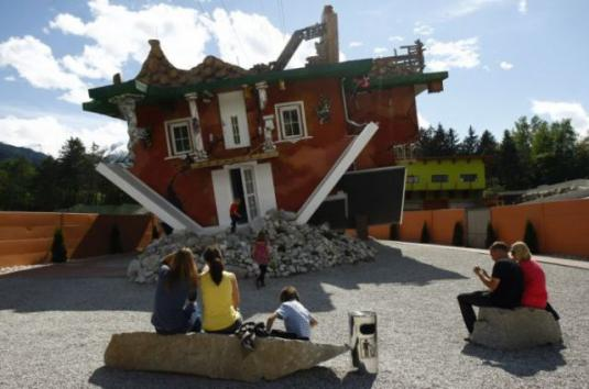 upside_down_house_attracts_tourists_in_austria_640_05.jpg