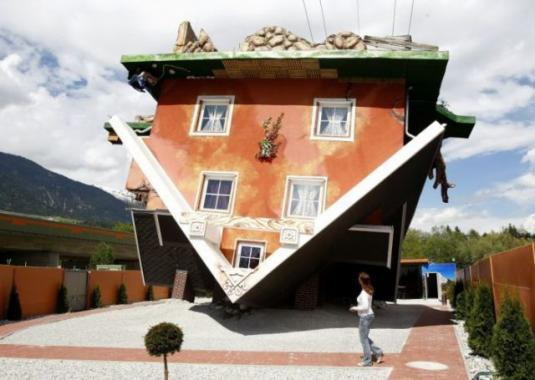 upside_down_house_attracts_tourists_in_austria_640_06.jpg